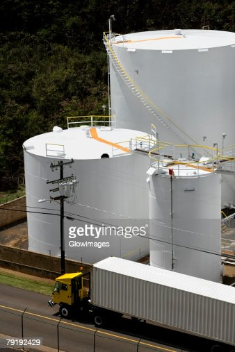 High angle view of a semi-truck on the road with storage tanks in the background : Foto de stock