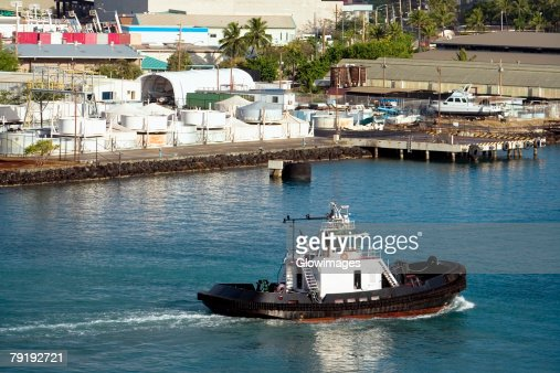 High angle view of a tugboat at a harbor, Honolulu Harbor, Honolulu, Oahu, Hawaii Islands, USA : Foto de stock