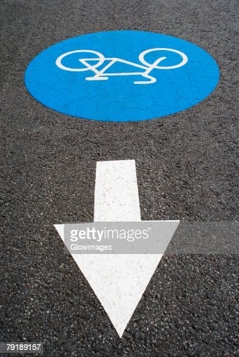 High angle view of an arrow sign at a bicycle lane : Foto de stock