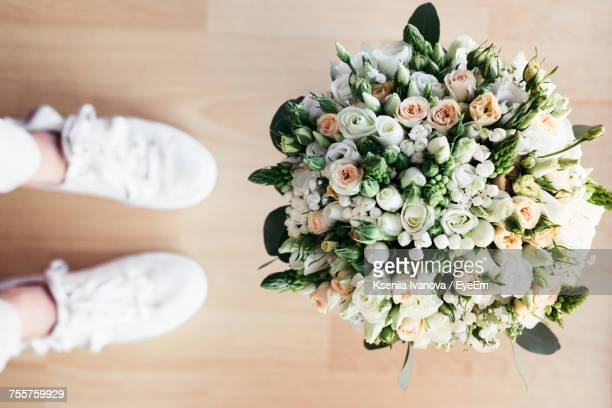 High Angle View Of Bouquet Of White Roses On Table
