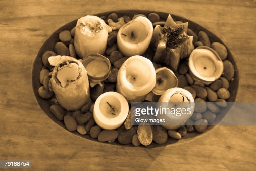 High angle view of candles and pebbles in a wooden tray : Foto de stock