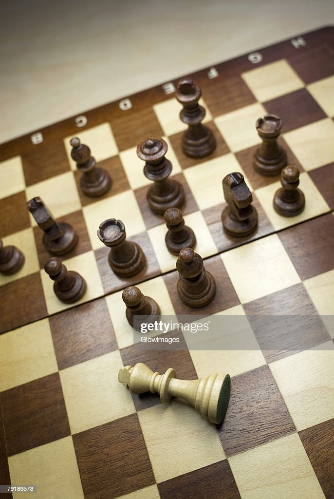 High angle view of chess game with a fallen king : Foto de stock