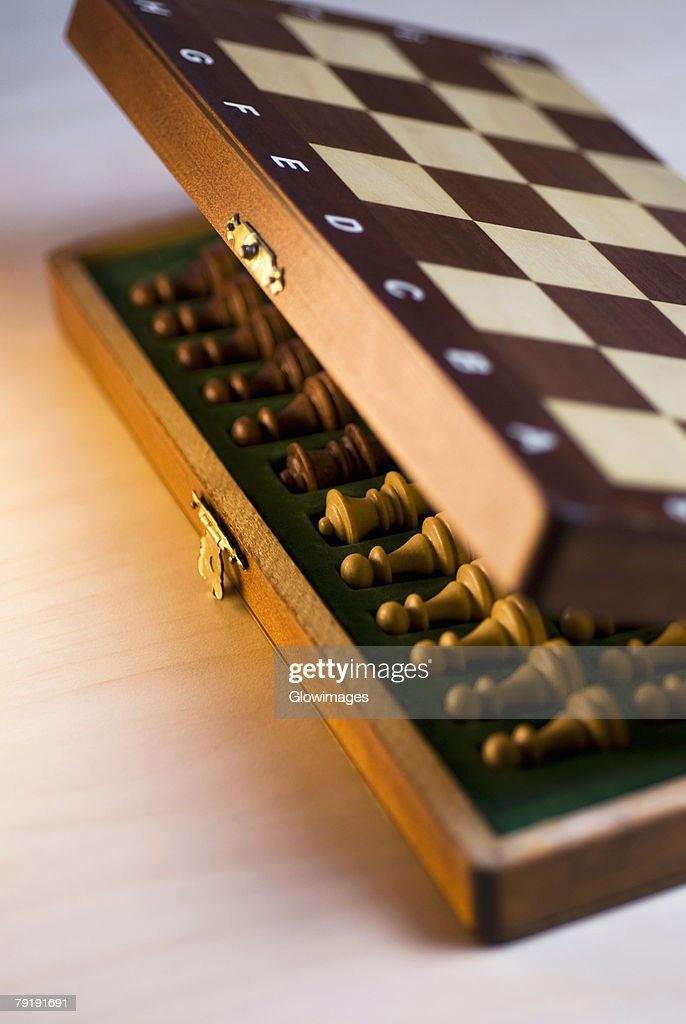High angle view of chess pieces in a wooden box : Foto de stock
