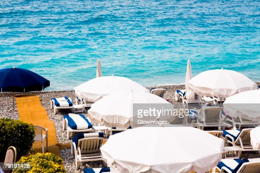 High angle view of lounge chairs and beach umbrellas on the beach, Nice, France : Foto de stock