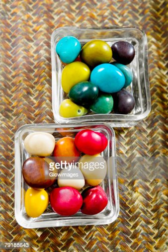High angle view of pebbles in two bowls : Foto de stock