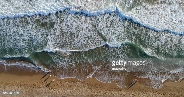 Erhöhte Ansicht von Menschen zu Fuß am Strand