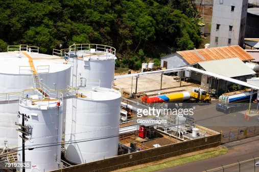 High angle view of storage tanks at an oil refinery, Nawiliwili Beach Park, Kauai, Hawaii Islands, USA : Foto de stock
