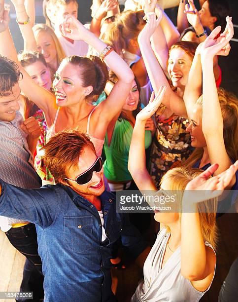 Vista de ângulo elevado de jovens dançar na discoteca