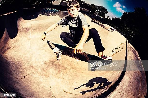 Ansicht von oben am skateboarder jumping in-skatepark
