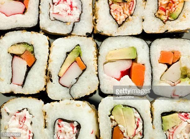 Une photo haute définition d'un assortiment de sushi à l'angle.