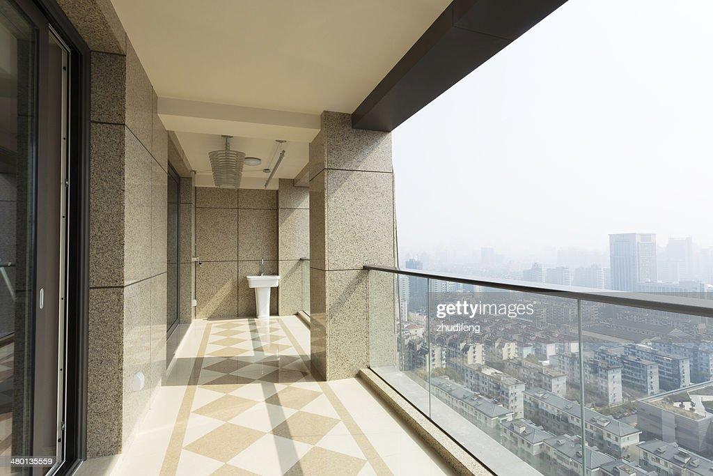 High end balkon der modernen stadt in der innenstadt stock