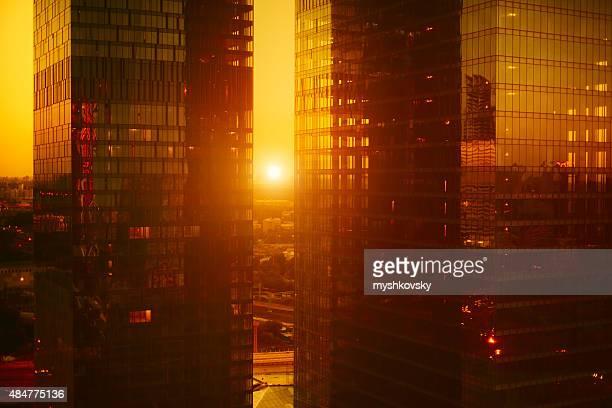 Hoch moderne Wolkenkratzer bei Sonnenuntergang