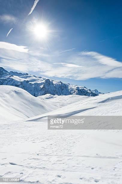 Un paysage de montagne avec soleil