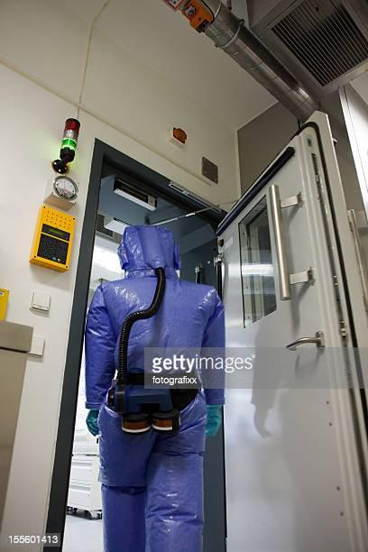 De protecção: Cientista em frente de laboratório com segurança biológica de nível 3