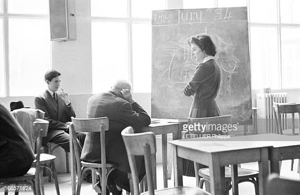 High School Diploma France le 10 juin 1956 portrait d'élèves et de professeurs lors des épreuves du Baccalauréat Une cadidate passe une épreuve orale...
