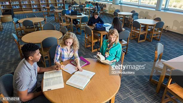 High school fille être tutored et mère Patiente dans la bibliothèque