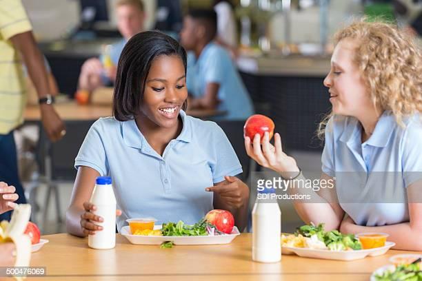 High-school-Mädchen Essen Mittagessen zusammen in lunchroom