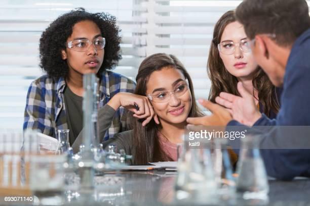 Schülerinnen und Schüler im Chemie-Labor