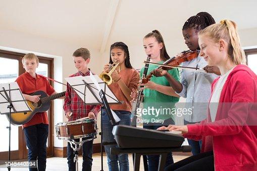 Les lycéens jouant dans l'école orchestre ensemble : Photo