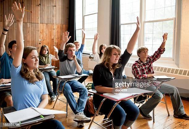 Les lycéens mettre leurs mains dans une salle de classe