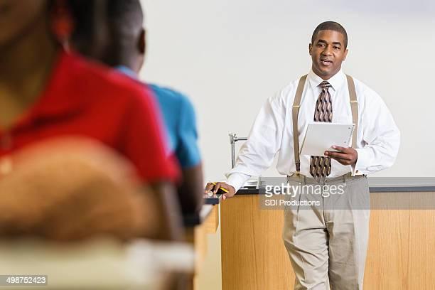 Insegnante di scuola superiore che spiega compito di studenti nella classe