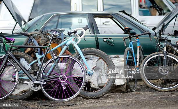 High-tech-Sportarten-Räder in Autofriedhof