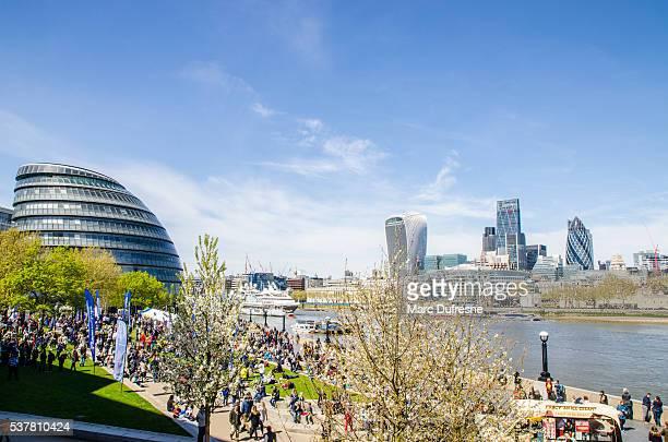 Hohe Blick auf Themse Promenade mit Rathaus