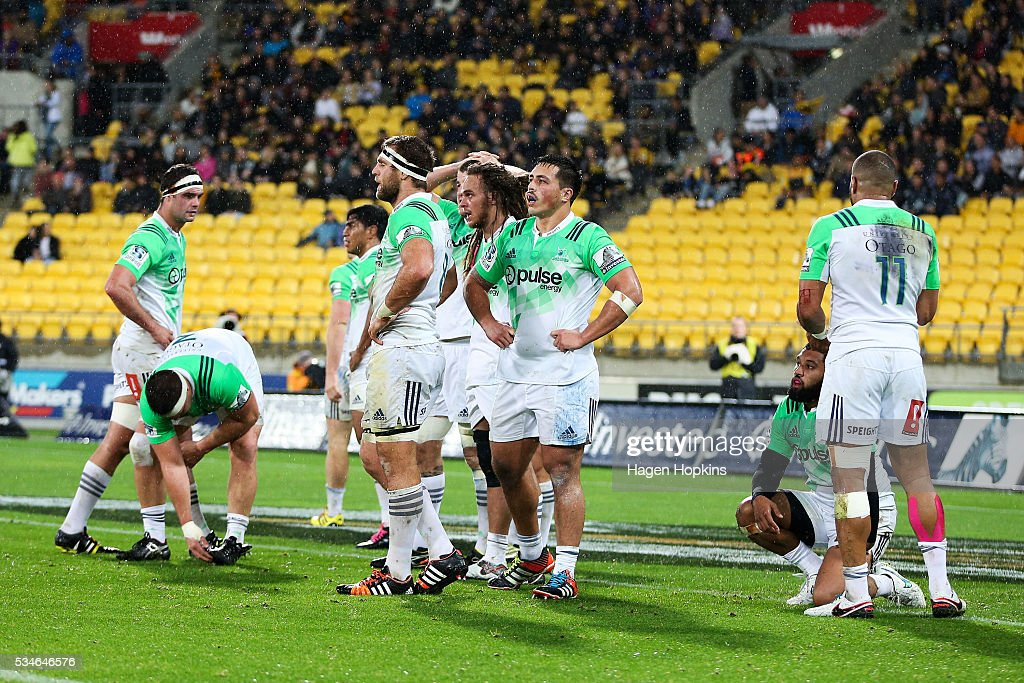 Highlanders players look on in disappointment after a Hurricanes try during the round 14 Super Rugby match between the Hurricanes and the Highlanders at Westpac Stadium on May 27, 2016 in Wellington, New Zealand.