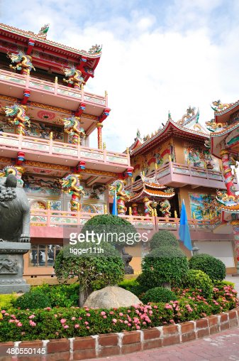 Highly colorful and decorative Chinese Temple : Stock Photo