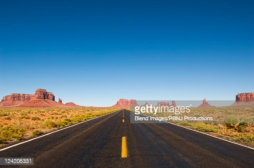 Highway and rock formations in desert : Foto de stock