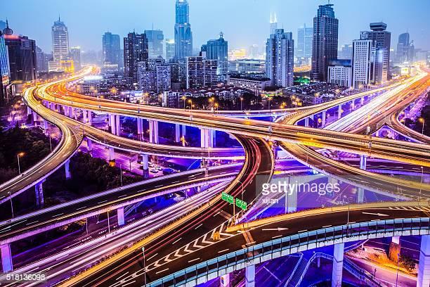 Highway-Anschlussstelle bei Nacht