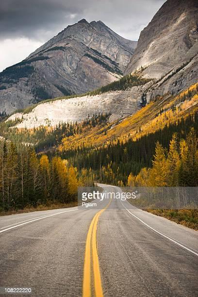 Autoroute à travers montagnes Rocheuses