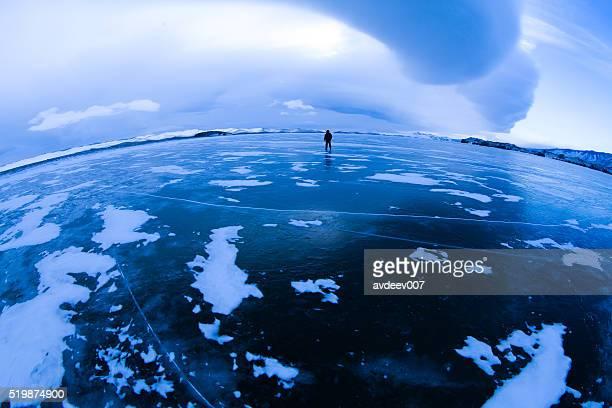 Randonneur sur lac gelé