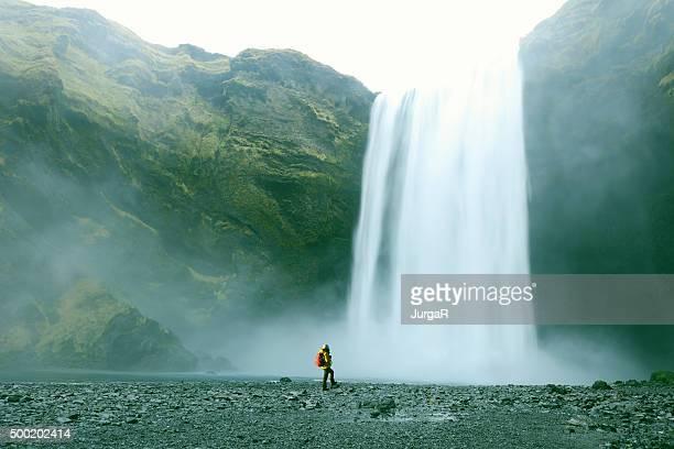Sapato de caminhada no Majestoso Catarata de Skogafoss na Islândia