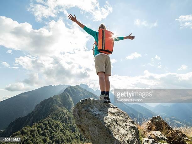 Randonneuse haut sur la montagne, les bras tendus