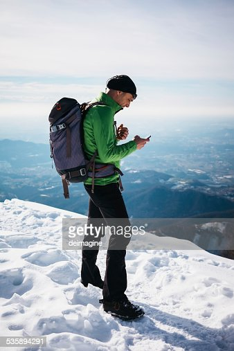 Hiker checking his smartphone : Stockfoto