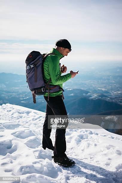 Randonneur vérifiant son smartphone