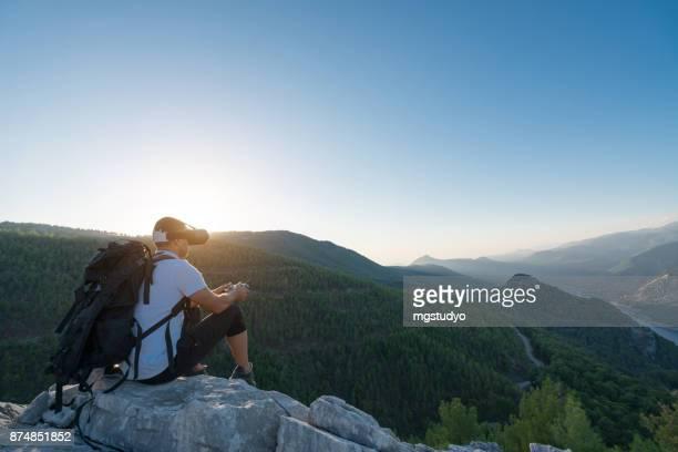 Pilote de Drone randonneur à l'aide de lunettes fpv à voler dans la montagne
