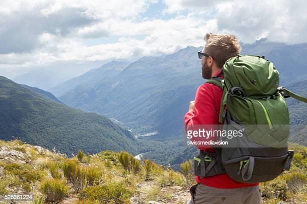 Randonneuse appréciant vue depuis la montagne haut, Milford son, Nouvelle-Zélande