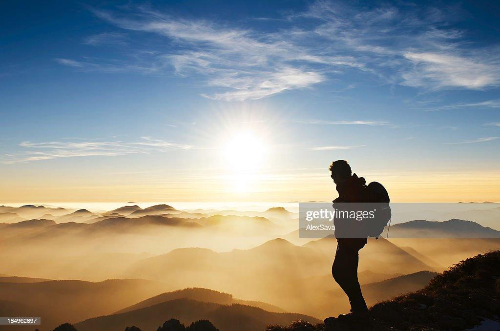Randonneur sur la montagne au coucher du soleil : Photo