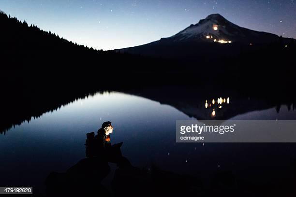Randonneur sur la rive du lac au crépuscule