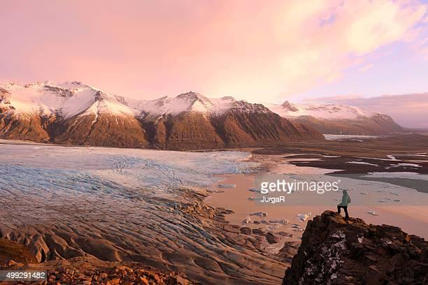 Hiking sulla cima della montagna sul Ghiacciaio di Skaftafell Islanda