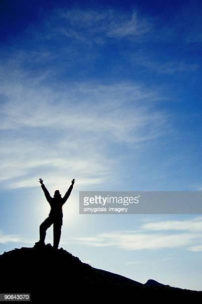 silhouette randonneur bras big sky nuages paysage