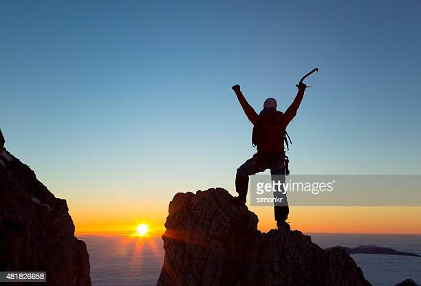 Wanderer stehend auf Berggipfel und Feiern