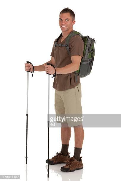 Wanderer stehend ausgestattet. Dazu zählen Wandern Stöcke