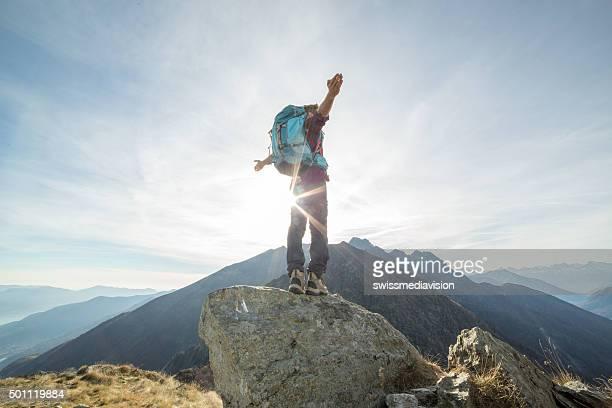 Wanderer Stretching Arme Sonnenuntergang, Berge
