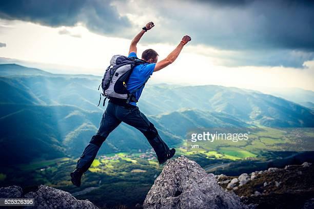 Escursioni con zaino, saltando da una roccia a un altro