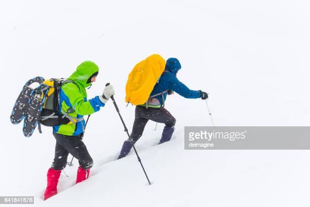 Randonneurs randonnée sur plateau enneigé