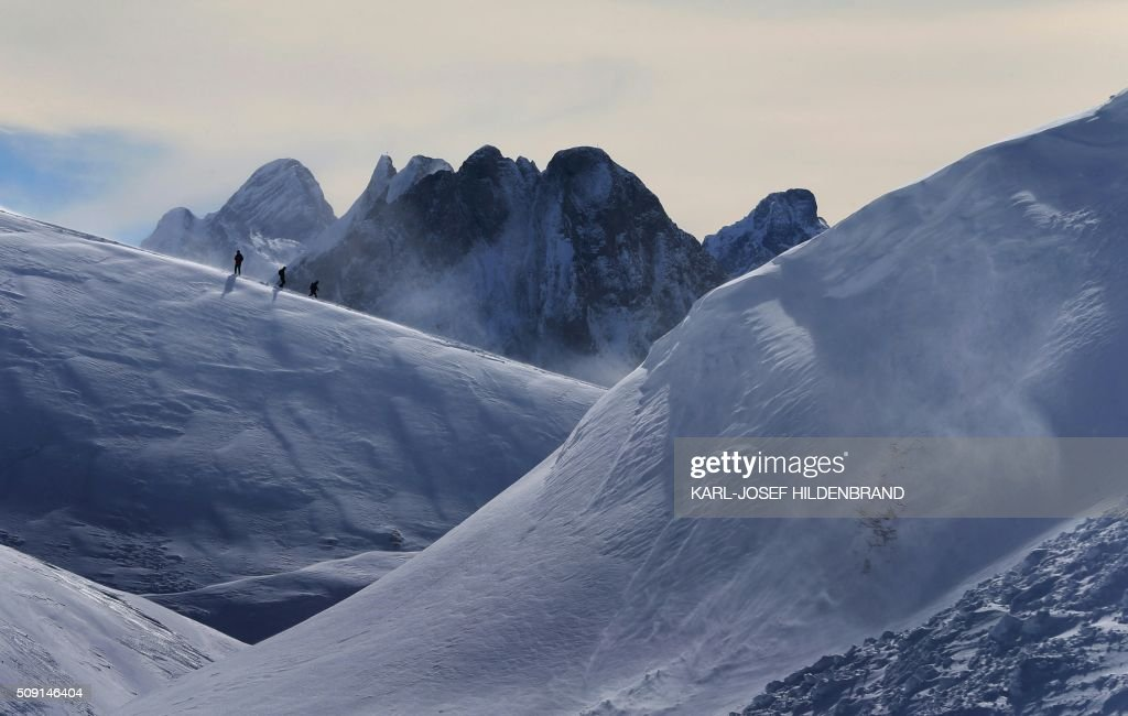 Hikers walk through the snowy landscape at Nebelhorn in Oberstdorf, Bavaria, southern Germany, on February 09, 2016. / AFP / dpa / Karl-Josef Hildenbrand / Germany OUT
