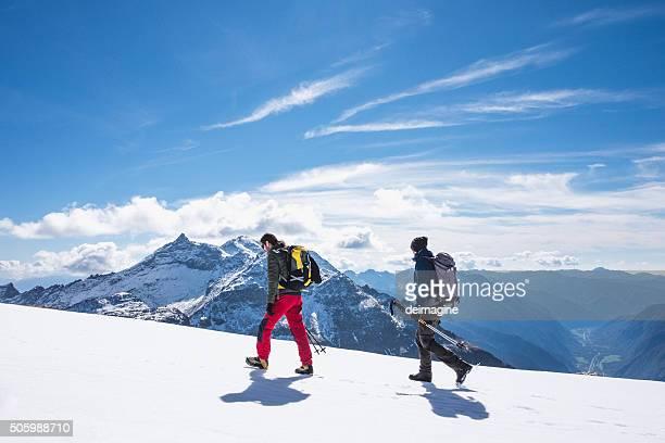 Wanderer zu Fuß auf Schnee bedeckten field at high altitude